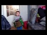 Мальчик играет на гармошке под песню Галина