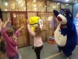 Веселый Мишка танцует с Миньонами